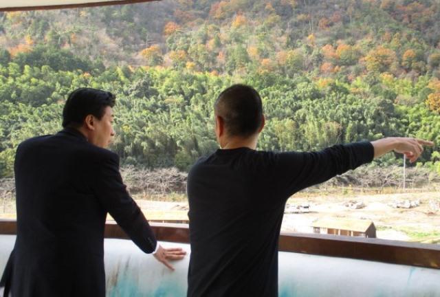 ラ・コリーナ近江八幡庭園の説明を受ける副大臣の写真